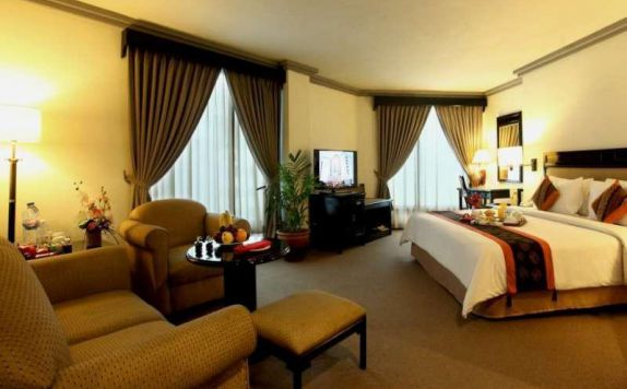 guest room 3 di Travellers Hotel Jakarta