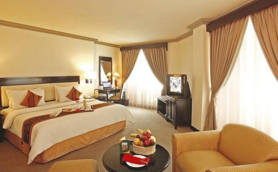 guest room 4 di Travellers Hotel Jakarta